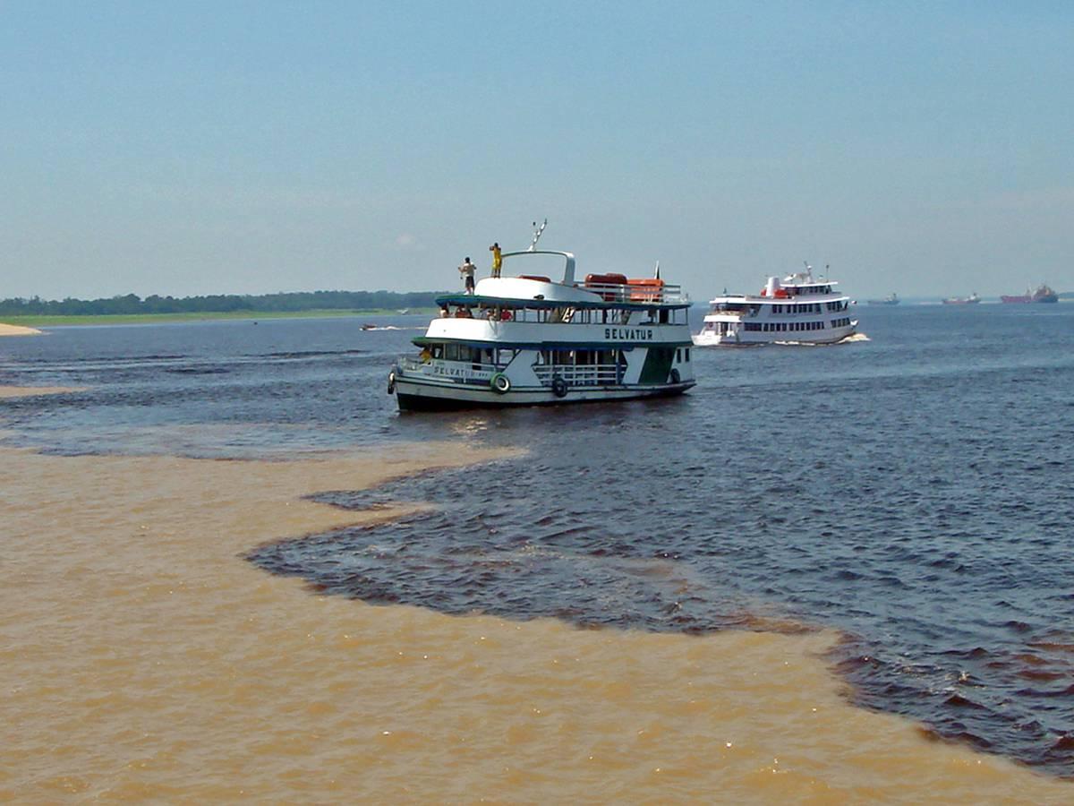 Rencontre des eaux sur le fleuve Amazone