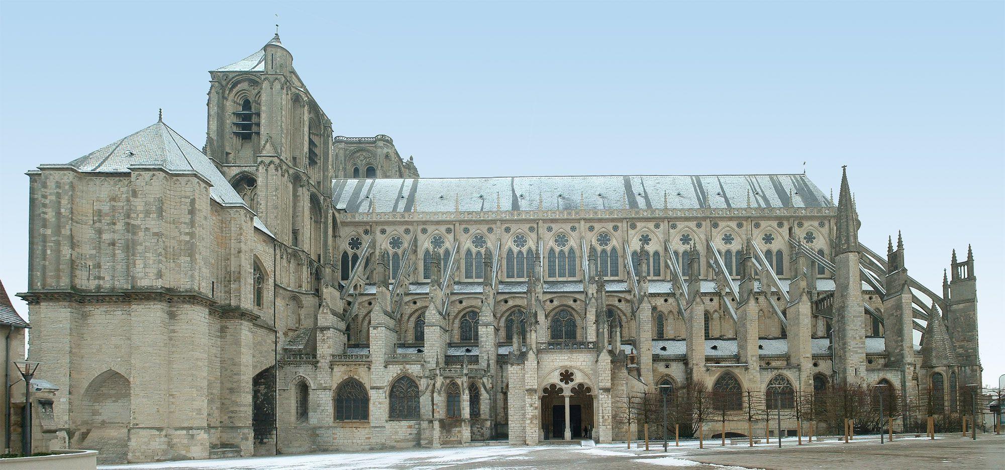 Côté de la Cathédrale de Bourges dans le Cher (18)
