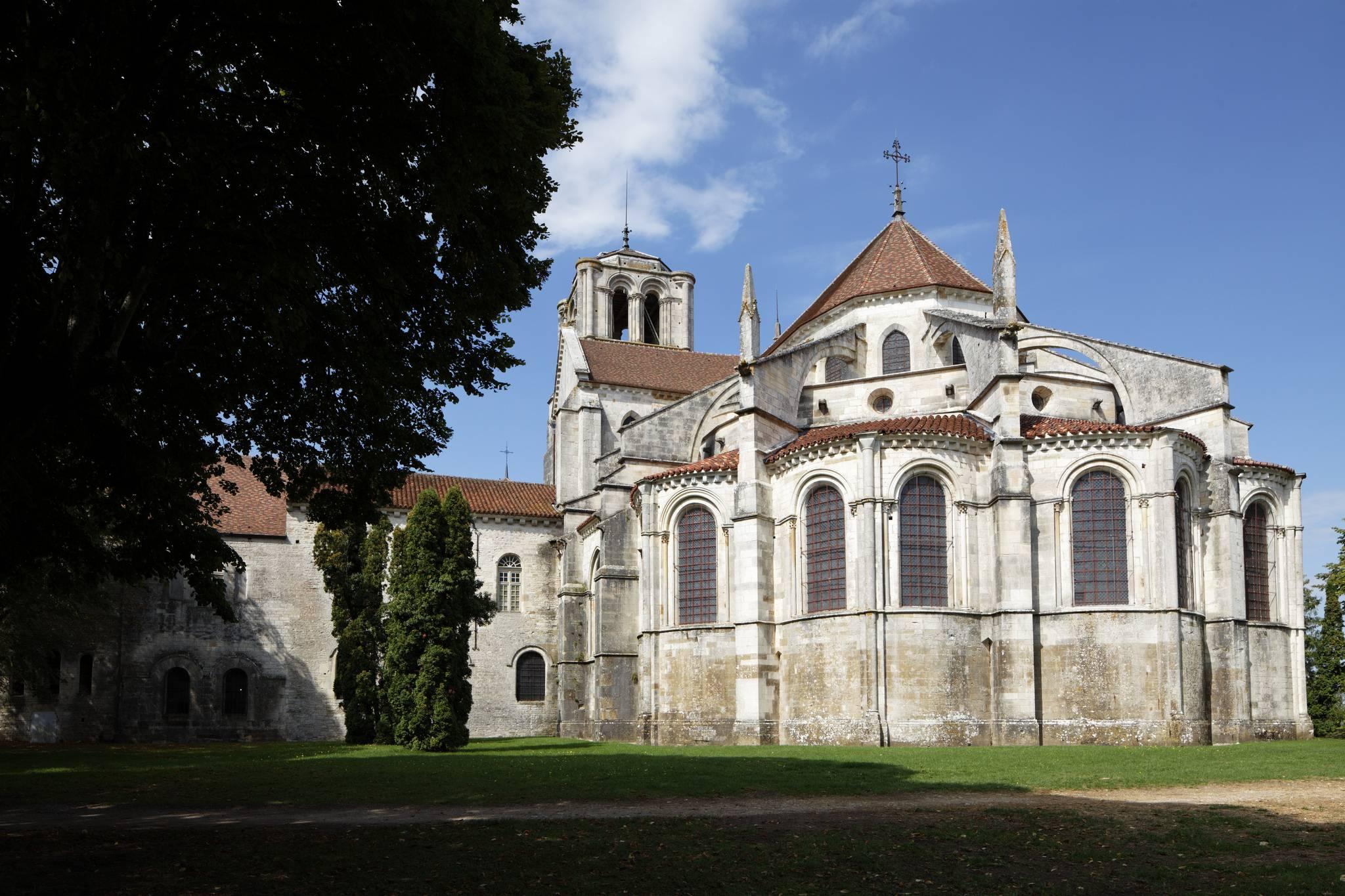 Vue arrière de la Basilique de Vézelay