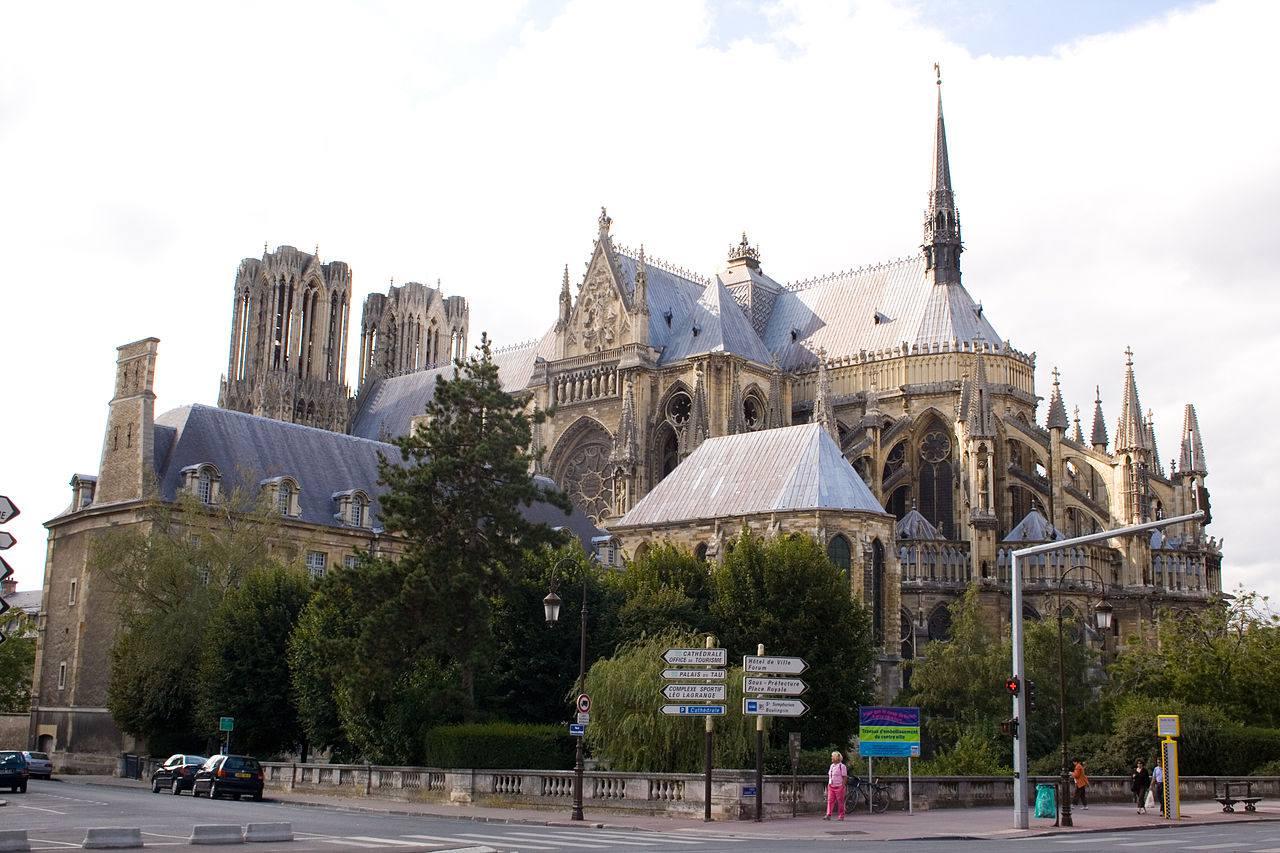 Vue arrière de la Cathédrale de Reims