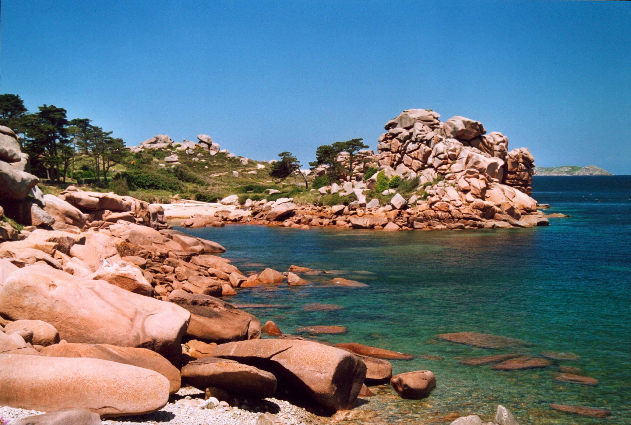 Eau transparente sur la côte de Granit Rose