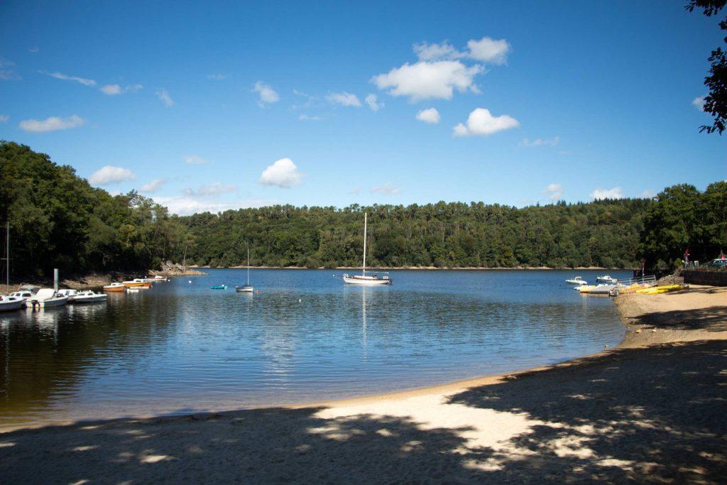 Voilier sur le lac de Guerlédan