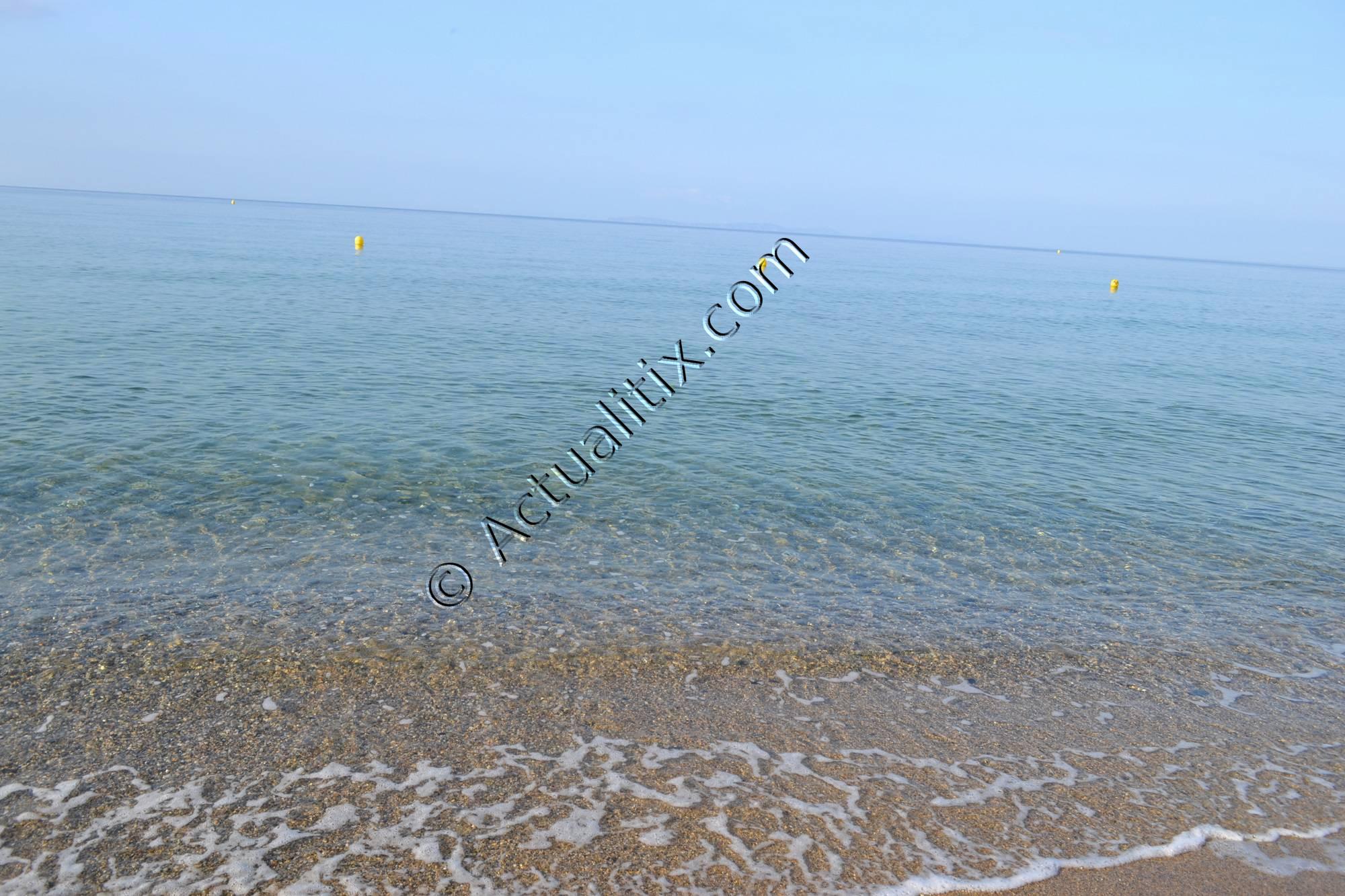 Eau transparente sur la plage Sylvabelle